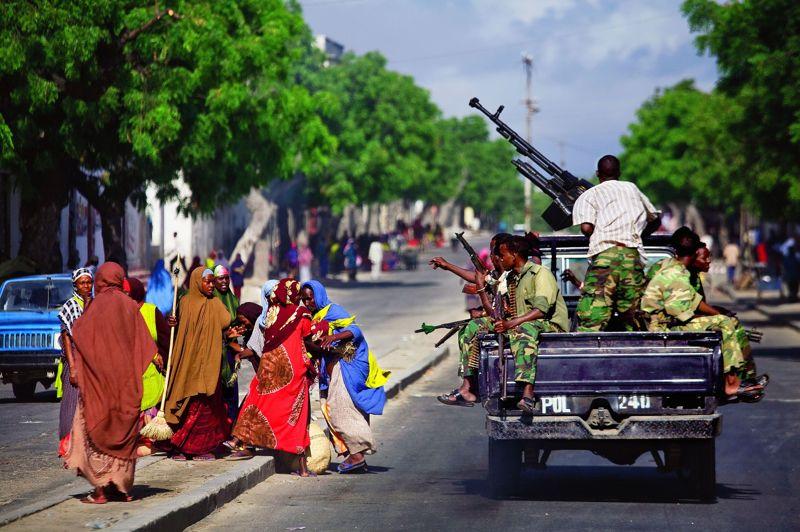 <strong>Mogadiscio.</strong> En Somalie, en 2008, les combattants du gouvernement fédéral de transition sillonnent les rues.