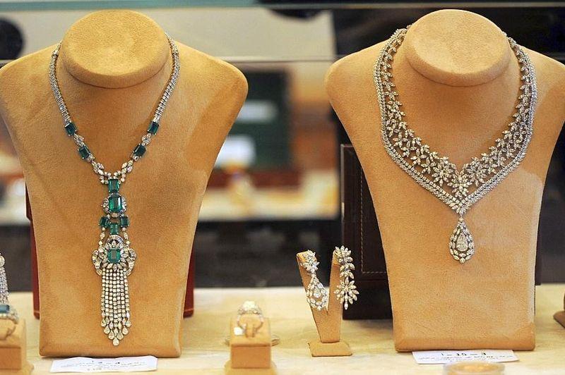 Quelque 300 bijoux de l'ancien couple présidentiel sont proposés à la vente, dont les parures de Leïla Trabelsi, la femme du président destitué.