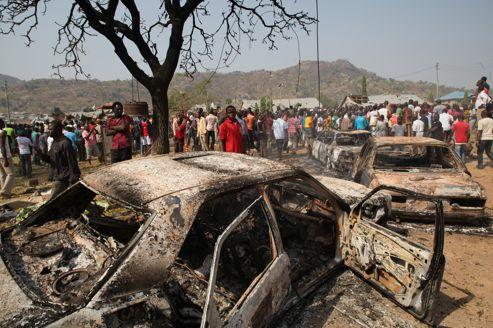 Une voiture carbonisée à proximité de l'église Sainte Thérèse à Madalla, qui avait été visée par un attentat le 25 décembre 2011.
