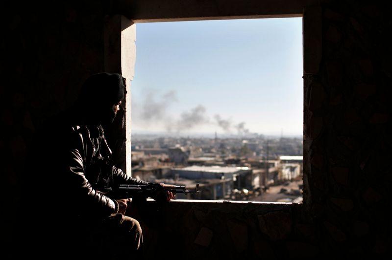 <strong>Aux aguets.</strong> Pas de trêve de Noël en Syrie, où les combats n'ont pas cessé, comme ici à Alep. Alors que la principale plateforme de l'opposition s'est dite ouverte à tout processus de transition politique dès lors que le président Bachar al-Assad et ses proches n'en font pas partie, le bilan du conflit s'alourdit de jour en jour. Pour l'heure, 45.000 morts et deux millions de déplacés.