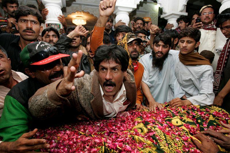 <strong>Dans les mémoires.</strong> Des milliers de partisans étaient réunis à Garhi Khuda Bux, pour l'anniversaire de la mort de Benazir Bhutto, ancienne Première ministre pakistanaise, dont l'assassinat en 2007 n'a toujours pas été élucidé. À cette occasion, son unique fils, Bilawal, a officiellement lancé sa carrière politique. «Lorsqu'il n'y a pas de justice, les forces comme les talibans imposent leur loi», a-t-il dénoncé.