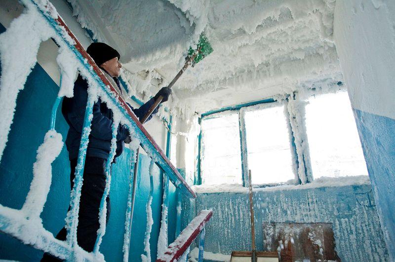 <strong>Dégâts de glace.</strong> Il ne suffit plus de passer le balai pour nettoyer sa maison au Kazakhstan. Alors que la France enregistre des records de douceur en cette fin d'année 2012, ce pays d'Asie centrale mais aussi l'ensemble de la Russie et une bonne partie de l'Europe de l'Est subissent une vague de froid inhabituelle. Dans cet appartement de Karaganda, au nord-est du Kazakhstan, la température de - 59 °C a fait exploser les canalisations, transformant un dégât des eaux en dégât de glace. Sur l'ensemble de la Russie, le froid a entraîné le décès de 88 personnes. A Moscou, les enfants ont été priés de rester chez eux, les températures chutant en dessous de - 20 °C en journée... soit 12 degrés en dessous des normales saisonnières. Un vrai refroidissement climatique.