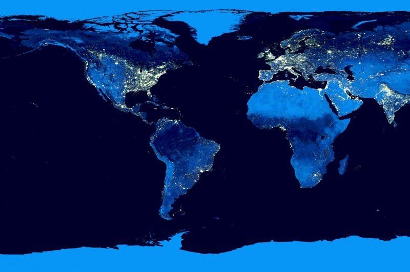<strong>Vues de vie nocturne.</strong> La plupart des satellites d'observation sont sollicités pour transmettre des images diurnes de notre planète. La Nasa a, pour une fois, choisi d'observer notre vie nocturne avec son nouveau satellite Suomi NPP. Grâce à sa technologie de pointe, notamment des capteurs de lumière ultrasensibles, Suomi est capable de restituer avec une très grande précision les points lumineux qui jalonnent la surface du globe en s'affranchissant de la lumière réfléchie par la Lune. Eclairages urbains, torchères, éruptions volcaniques, incendies, rien n'échappe à Suomi, dont l'image présentée ici concentre l'activité lumineuse de la Terre entre avril et octobre 2012. Un véritable sapin de Noël planétaire.