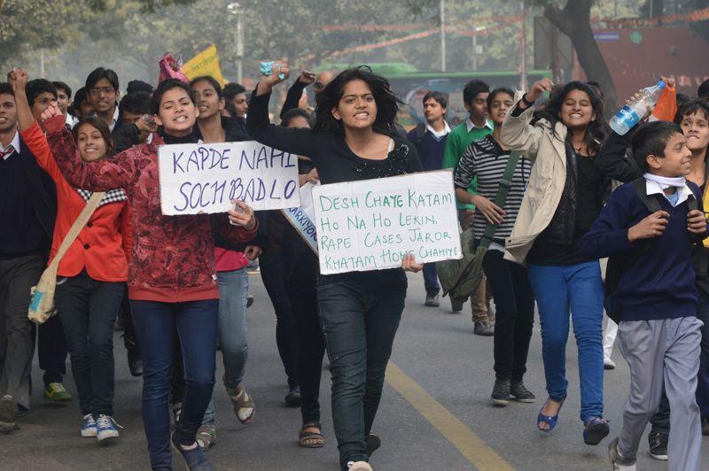 <strong>Cri d'alarme.</strong> Le combat se poursuit en Inde, où le pays est secoué depuis dix jours par le viol collectif d'une étudiante de 23 ans. Une étincelle qui a embrasé l'opinion publique, révoltée par des autorités qui ne prendraient pas suffisamment au sérieux les plaintes pour viols et agressions sexuelles. Le gouvernement indien a demandé l'ouverture d'une enquête spéciale sur le fait divers.