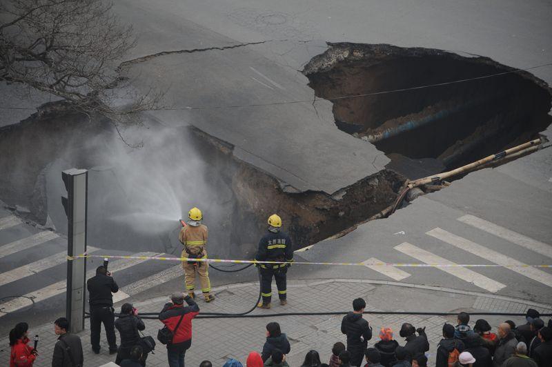<strong>Trou béant.</strong> A priori rien ne menaçait cette route de Taiyuan, dans la province du Shanxi en Chine, de s'écrouler. Et pourtant ces deux pompiers se trouvent bels et bien face à une brèche de plusieurs mètres de long dans le bitume. Endommageant trois gazoducs et un conduit d'eau, l'accident est d'autant plus surprenant qu'on en ignore encore les causes.