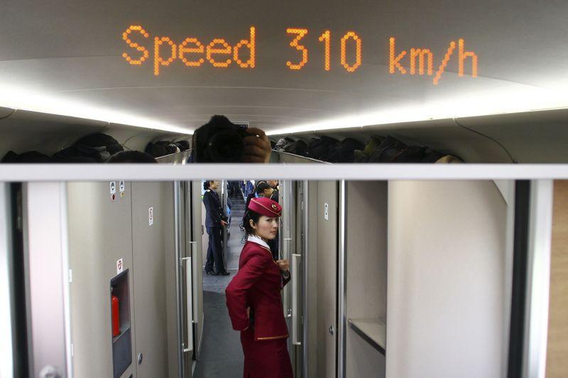 <strong>À toute vitesse.</strong> Sans incident, le premier TGV reliant Pékin à Canton a été mis en service mercredi, inaugurant la plus longue ligne à grande vitesse du monde. Le train a couvert en huit heures les quelque 2.300 km séparant la capitale chinoise de Canton, grand pôle économique du sud, marquant une nouvelle étape dans le spectaculaire développement du réseau ferroviaire chinois.