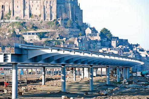 Les travaux de construction du pont-passerelle sur pilotis entre le continent et le Mont-Saint-Michel.