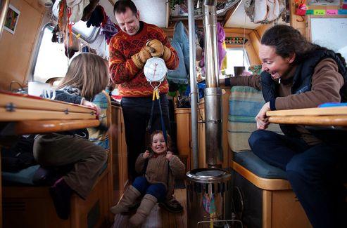 Éric pèse Léonie à bord du bateau.