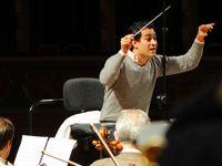 Contrairement à son exubérant compatriote Dudamel, Matheuz privilégie la sobriété dans sa direction d'orchestre.