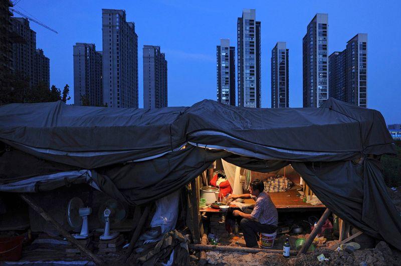 La spéculation immobiliere en Chine provoque <a href=''http://www.lefigaro.fr/flash-eco/2012/11/18/97002-20121118FILWWW00050-chine-les-prix-de-l-immobilier-remontent.php'' target=''''>des difficultés de logement </a>dans les grandes villes. La théorie en vogue dans le pays aujourd'hui veut que la forte augmentation du nombre de divorces soit liée à l'explosion des prix de l'immobilier. En Chine, l'apport du logement dans la corbeille du marié est une chose essentielle. L'année dernière, une étude officielle a montré que 70 % des femmes chinoises excluaient de se marier avec un homme ne possédant pas au moins un appartement