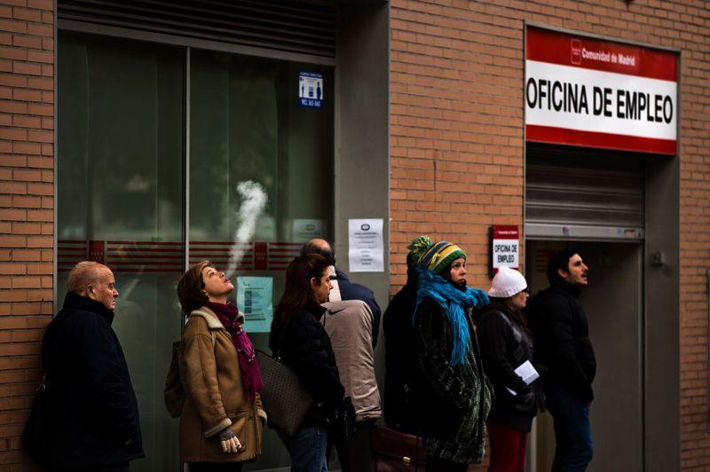 La crise financiere en Espagne <a href=''http://www.lefigaro.fr/emploi/2012/12/04/09005-20121204ARTFIG00499-nouvelle-envolee-du-chomage-en-espagne.php'' target=''''>fait exploser le nombre de chômeurs</a>, avec plus de 5 millons de personnes sans emploi. Le chômage n'a cessé de progresser depuis l'éclatement de la bulle immobilière en 2008. À l'époque, la part des actifs espagnols au chômage ne dépassait pas les 9% contre 25% aujourd'hui. Le vote, au printemps dernier, d'une réforme du marché du travail espagnol, réputé dual et rigide, devrait selon lui contribuer à améliorer la situation sur le front de l'emploi, en particulier pour les jeunes.