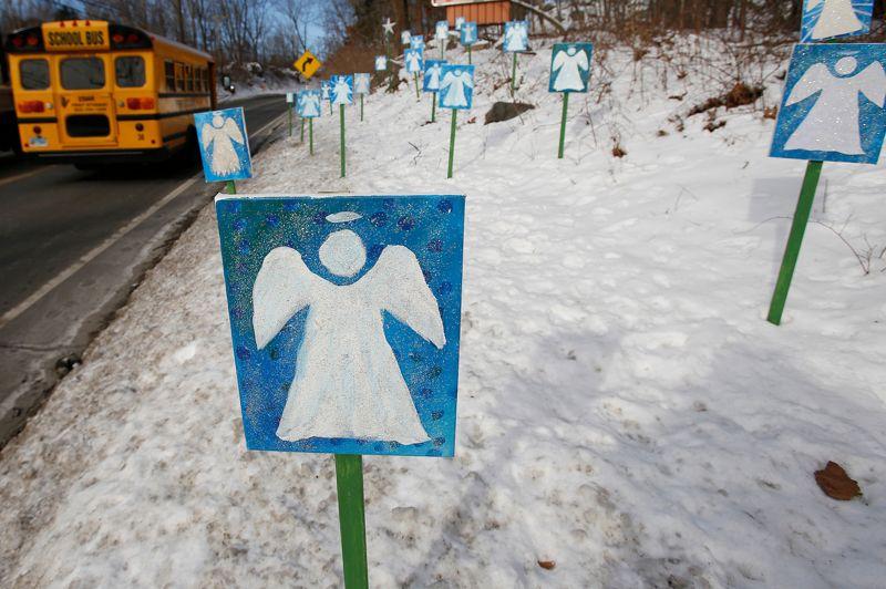 <strong>Rentrée difficile. </strong>20 jours après le massacre qui a rendu tragiquement célèbre cette petite ville du Connecticut, les élèves de l'école primaire de Sandy Hook, à Newtown, sont retournés en classe ce jeudi dans un nouvel établissement. Le collège Chalk Hill, fermé l'an dernier dans la ville voisine de Monroe, a été repeint, nettoyé, adapté pour accueillir les quelque 500 enfants de Sandy Hook. Le 14 décembre dernier, un jeune de 20 ans avait tué au fusil d'assaut 20 enfants de 6 et 7 ans et 6 femmes de l'encadrement.