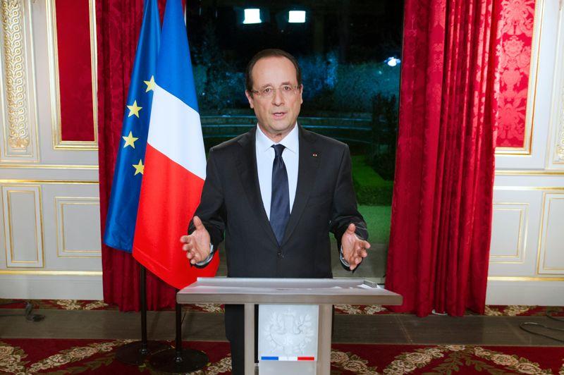 <strong>Toute première fois. </strong>Comme le veut la tradition, le président de la république François Hollande s'est prêté pour la première fois à l'exercice des vœux pour la nouvelle année. En huit minutes et trente secondes de discours, François Hollande, a joué la carte de l'écoute, du bilan, et de l'avenir. En 2013, «toutes nos forces seront tendues vers un seul but: inverser la courbe du chômage d'ici un an, [...] coûte que coûte», a-t-il affirmé. «Le cap est fixé», a-t-il ajouté, «tout pour la compétitivité, l'emploi et la croissance». «Je n'en dévierai pas. Non par obstination, mais par conviction. C'est l'intérêt de la France.»