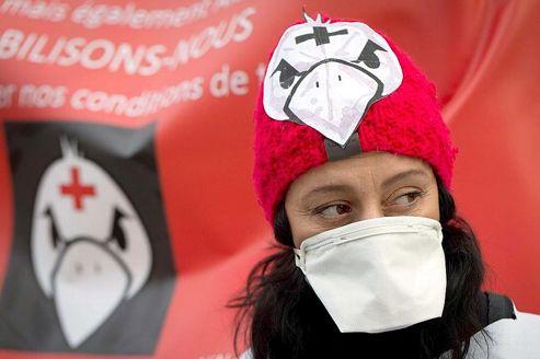 Une soignante manifeste devant le Ministère de la santé à Paris le lundi 7 janvier.