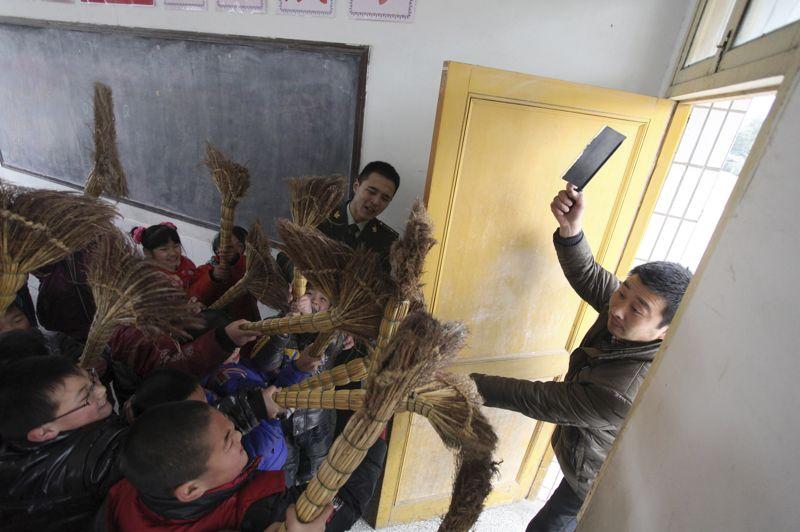 <strong>La Chine entend balayer la violence.</strong> L'école primaire de Rugao dans la province de Jiangsu a mis en place une campagne de lutte contre la violence. Près de 700 élèves et enseignants ont ainsi participé à des exercices de défense sous le regard attentif de soldats chinois.