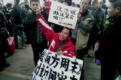 Manifestation de soutien aux journalistes du «Nanfang Zhumo», lundi, à Canton dans le Guandong.