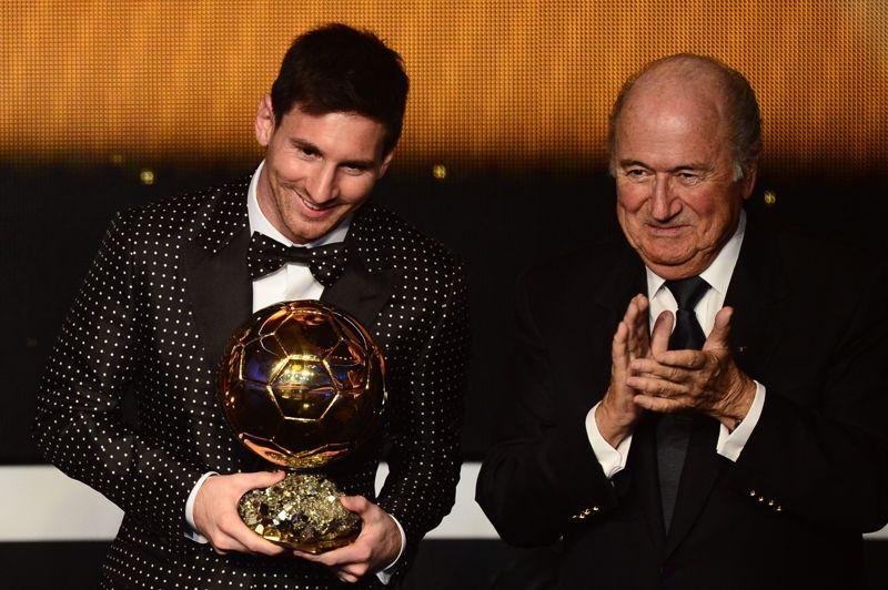 <strong>Le Messie du football.</strong> Lionel Messi est rentré dans l'histoire du football en remportant son quatrième ballon d'Or consécutif. Avec 91 buts marqués sur les 69 matchs qu'il a joués en 2012, l'attaquant du FC Barcelone a recueilli 41,6% des suffrages loin devant Cristiano Ronaldo (23,68%) et Andres Iniesta (10,91%). A seulement 25 ans, le joueur argentin dépasse Johan Cruyff, Michel Platini et Marco Van Basten, les trois seuls autres joueurs à avoir reçu 3 ballons d'Or avant lui.