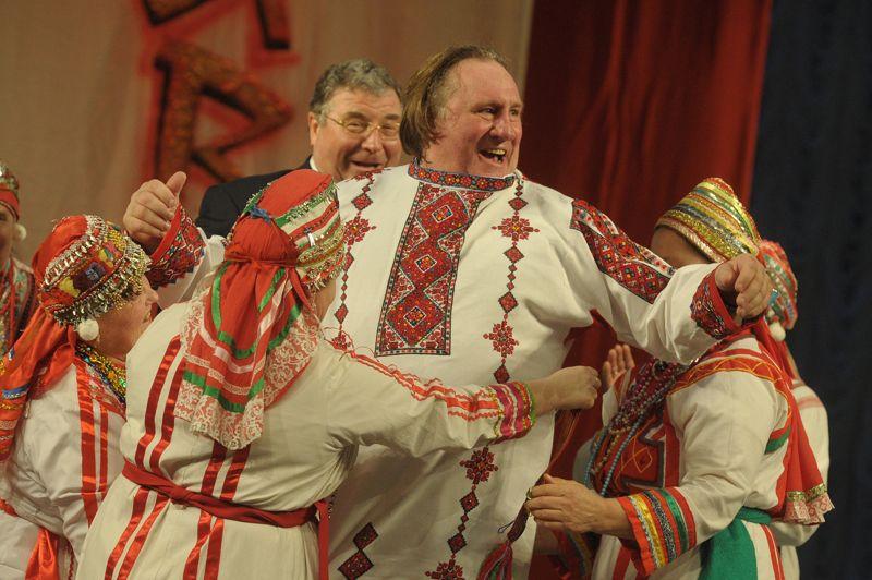 <strong>Sur mesure.</strong> Costume folklorique sur les épaules, Gérard Depardieu a été accueilli ce dimanche en fanfare en Mordovie, une région située à 650 kilomètres à l'Est de Moscou, où on lui a offert le poste de ministre de la Culture et une maison. La veille, l'acteur avait reçu son passeport russe, lors d'une brève rencontre avec Vladimir Poutine dans sa villa de Sotchi. S'il décide de vivre six mois par an en Russie, il ne payera que 13% d'impôts.