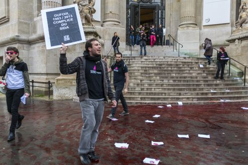 Les militants d'Act Up, jeudi matin à Paris.
