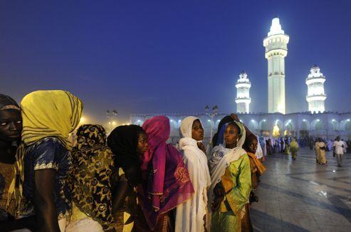 Les femmes sont très présentes lors des cérémonies, des prières et des chants. Ici, elles attendent patiemment de pénétrer dans le mausolée du cheikh Ahmadou Bamba.