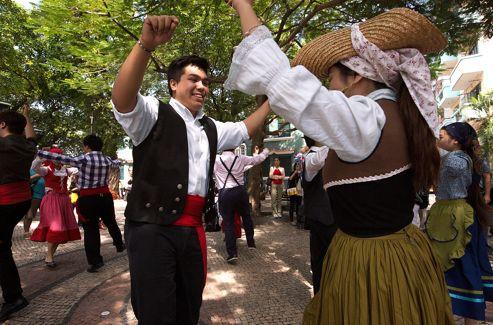 Dimanche midi, danse traditionnelle portugaise et sourires métisses, au pied du temple d'A-Ma. «Les Portugais nous ont légué une identité qui ne s'effacera jamais.»