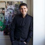 Nicolas Laugero Lasserre pause devant une lithographie de JR, pièce de sa collection d'art urbain. © Baptiste Lignel