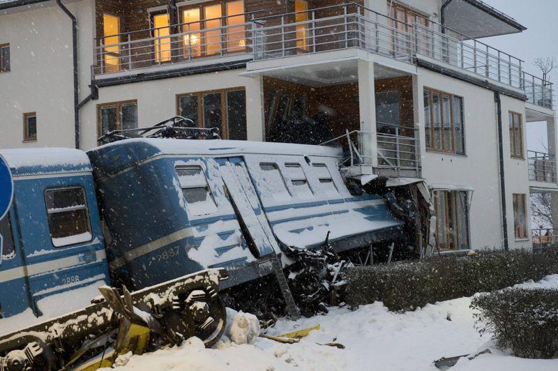 <strong>Déraillé</strong>. Il y a eu plus de peur que de mal. Dans la nuit de lundi à mardi près de Stockholm, une jeune femme s'est emparée d'un train de banlieue dans un dépôt. Mais en arrivant au terminus, la femme de ménage transformée en conductrice improvisée, n'a pas réussi à ralentir le convoi qui a quitté les rails et poursuivi sa route sur quelques dizaines de mètres, avant de défoncer la façade d'un immeuble d'habitation puis déboucher dans la cuisine d'un appartement. Le train étant vide, seule la conductrice novice a été blessée. Elle a été arrêtée et pourrait être inculpée de mise en danger de la vie d'autrui.