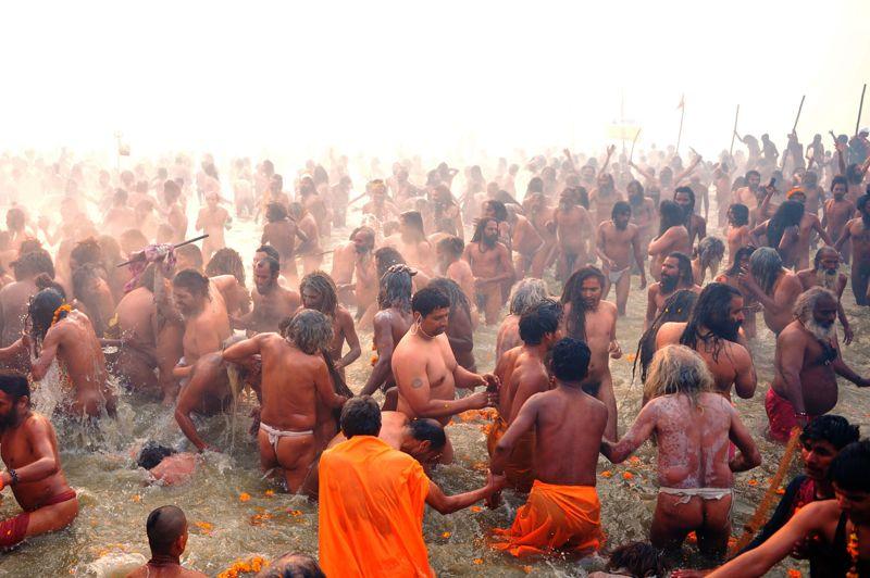 <strong>Marée humaine</strong>. La Kumbh Mela, qui a débuté lundi, est le plus grand rassemblement religieux au monde. Les pèlerins affluent en effet par millions pour s'immerger dans les eaux sacrées d'Allahabad, à la confluence de la rivière Yamuna et du Ganges. Pendant 55 jours, cette fête religieuse devrait rassembler 100 millions de fidèle