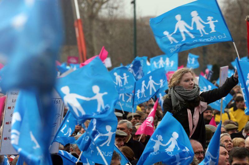 <strong>Rassemblés</strong>. Les opposants au mariage et à l'adoption pour les homosexuels se sont mobilisés ce dimanche 13 janvier à Paris. Des dizaines de milliers de personnes - 800 000 selon les organisateurs, 340.000 selon la police sont descendues dans les rues de la capitale dans l'espoir de contraindre le gouvernement à revoir son projet de loi dit «Mariage pour tous» qui touche, selon eux, aux fondements de la société. Le texte sera discuté le 29 janvier prochain à l'Assemblée Nationale.