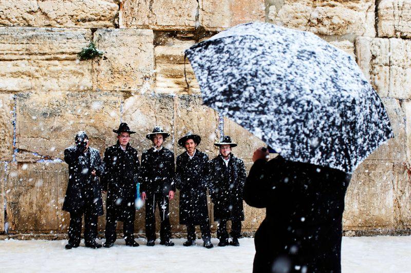 <strong>En noir et blanc</strong>. Le sourire aux lèvres, ces jeunes juifs ultraorthodoxes, sagement alignés devant le mur des Lamentations, n'ont pas hésité à interrompre quelques instants leurs prières pour se faire prendre en photo sous la neige qui tombe à gros flocons à Jérusalem. Le 10 janvier dernier, la Ville sainte s'est réveillée sous un lourd manteau blanc, épais de plus de 10 centimètres. Un événement météorologique plutôt inhabituel, immédiatement baptisé «tempête de la décennie» par les médias israéliens. Pendant de longues heures, autobus et tramways n'ont pas pu quitter leurs dépôts et la plupart des habitants sont restés chez eux. Dans la vieille ville, les commerces ont gardé leurs rideaux baissés et les rues sont restées vides, figées par cette insolite poudreuse.