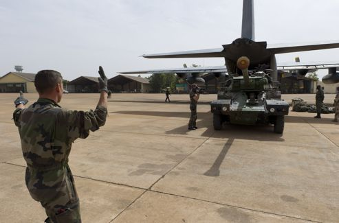 Un blindé français arrive par avion à Bamako (photo du service de communication de l'armée)