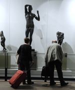 Des voyageurs visitent L'Espace Musées avant d'embarquer.
