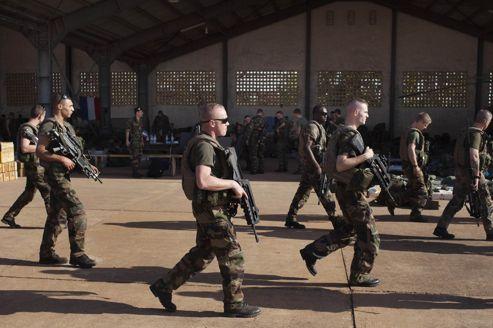 Les soldats français au Mali, à la base aérienne de Bamako, lundi.