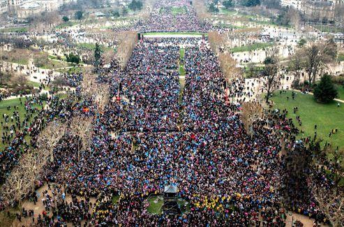 Dimanche 13 janvier. 17h40. Le terre-plein du Champ-de-Mars est déjà noir de monde tandis qu'une foule immense de manifestants marche encore dans les trois cortèges qui convergent vers la tour Eiffel.