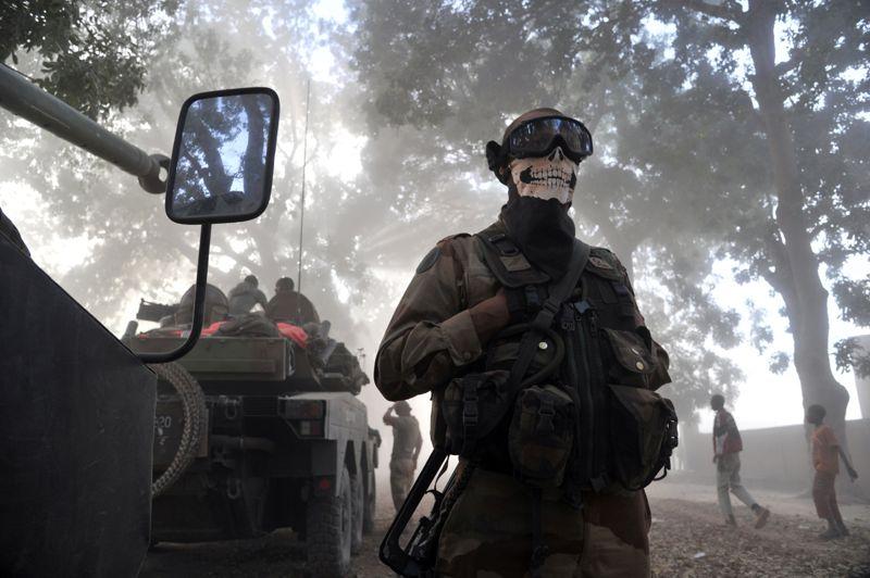 <strong>Trompe la mort</strong>.Le visage masqué, un soldat français monte la garde près d'un véhicule blindé dans la ville malienne de Niono. Lundi matin, les forces françaises et maliennes ont repris le contrôle des villes de Diabali et de Douentza, dans le centre du pays, d'où les combattants islamistes se sont repliés. «Cette avancée de l'armée malienne vers les villes tenues par ses ennemis constitue une réussite militaire certaine pour le gouvernement de Bamako et pour les forces françaises, intervenant en soutien dans ces opérations», a estimé le ministre de la Défense Jean-Yves Le Drian dans un communiqué.