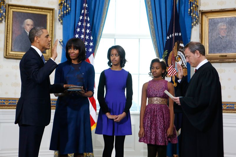 <strong>Investit</strong>. «Moi, Barack Hussein Obama, je jure solennellement de remplir fidèlement les fonctions de président des États-Unis, et, dans toute la mesure de mes moyens, de sauvegarder, protéger et défendre la Constitution des États-Unis», Face au président de la Cour suprême, Barack Obama prête serment, la main droite levée et la gauche posée sur la bible. Lors de son second mandat, le président américain veut notamment continuer à lutter contre les dérives budgétaires, mener le combat pour le contrôle des armes à feu et réformer les lois sur l'immigration.