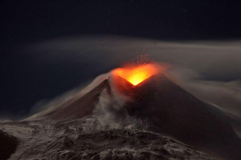 <strong>Rouge vif.</strong> Plusieurs épisodes d'activité ont été constatés ces derniers jours au sommet du volcan de l'Etna en Sicile. Le dernier date du mardi soir et a pris fin mercredi matin. C'était le quatrième en moins d'une semaine. Deux se sont produits sur le cratère appelé «Bocca nuova» et deux au nouveau cratère du «sud-est». Pour le moment, cette activité volcanique n'a provoqué aucune perturbation dans le ciel sicilien et dans le trafic aérien.