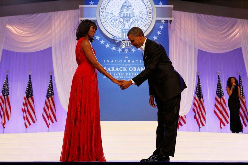 <strong>Cérémonie.</strong> Presque seuls au monde, devant des dizaines de milliers de personnes, Barack Obama, et son épouse, Michelle ont dansé pendant de longues minutes lors du bal d'investiture du second mandat du 44e président américain à Washington, le 21 janvier 2013. La première dame portait une robe rouge rubis signée du styliste Jason Wu, sans manches et des chaussures du créateur Jimmy Choo. Quant à Barack Obama, il portait un noeud papillon blanc, comme il y a quatre ans.