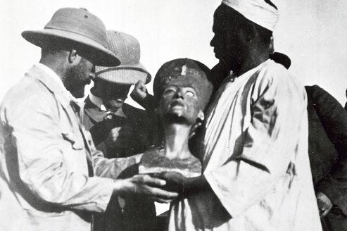 Le buste de Néfertiti a été découvert le 6 décembre 1912 sur le site d'Amarna. Il est présenté ici à un archéologue de la mission allemande conduite par l'égyptologue Ludwig Borchardt.