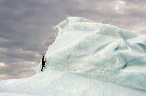 Le champion d'escalade Daniel du Lac s'élève sur la paroi d'un iceberg.