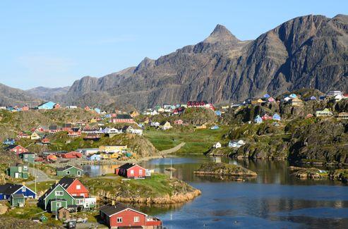 Les maisons colorées de style danois dans le village groenlandais de Sisimiut.