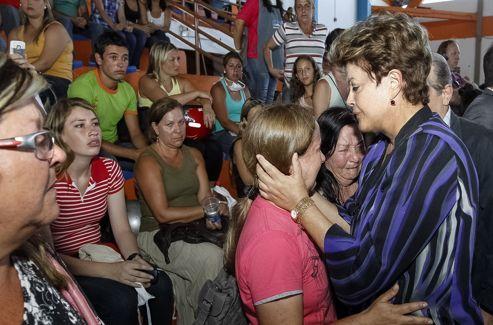 La présidente du Brésil, Dilma Roussef, s'est rendue auprès des familles de victimes ce dimanche.