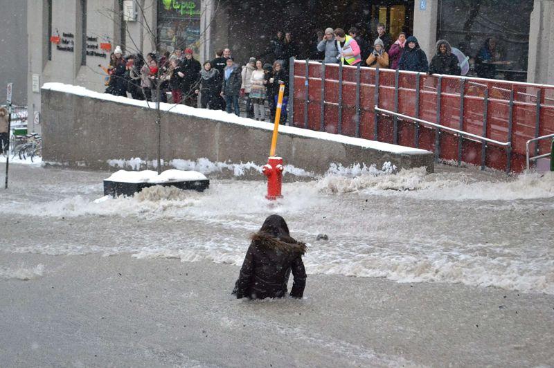 <strong>Balayée</strong>. Dans la rue Mc Tavish, une jeune femme est emportée par le courant. Après la rupture d'une conduite d'eau, une partie de la ville de Montréal a été submergée par les eaux lundi après-midi. En atteignant l'université de McGill juste avant l'heure de pointe, la crue a fortement perturbé le trafic.