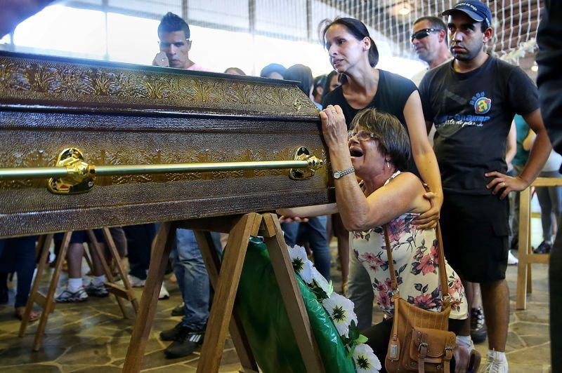 <strong>Sous le cho</strong>c. Le Brésil est en deuil. Santa Maria et d'autres villes du sud du pays, ont enterré lundi les 231 morts de l'incendie tragique d'une discothèque dont l'un des propriétaires et deux membres du groupe qui s'y produisait ont été arrêtés, selon la police. Ces trois hommes vont devoir s'expliquer sur la cascade d'imprudences et de négligences qui ont provoqué cette catastrophe, selon les témoignages et les premières déclarations des pompiers et de la police. L'incendie a été provoqué par un spectacle pyrotechnique du groupe de country brésilienne qui se produisait au Kiss. Selon les pompiers, la licence de la discothèque était périmée depuis le mois d'août. Et de nombreux témoins ont rapporté que les issues de secours de l'établissement étaient bloquées et que les vigiles du Kiss avaient dans un premier temps tenté d'empêcher de sortir les premiers clients qui se ruaient hors de la salle embrasée.