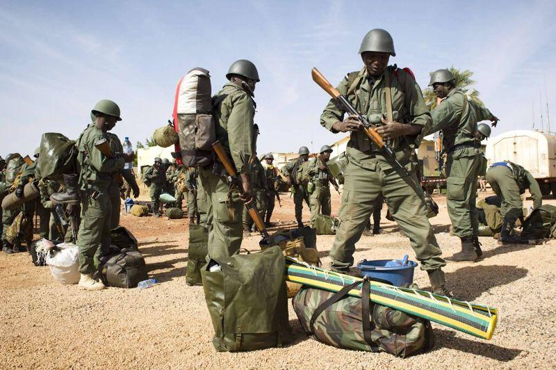<strong>La fuite</strong>. Tombouctou est quasiment libérée des islamistes qui en avaient pris le contrôle. Les armées française et malienne (ici photographiées à Goa) se sont emparées de l'aéroport de la ville du nord du Mali à l'issue d'une opération terrestre et aérienne menée dans la nuit du dimanche 27 janvier. Les groupes islamistes armés ont brûlé un bâtiment contenant de précieux manuscrits avant de prendre la fuite. Un officier supérieur de l'armée malienne a aussi confirmé l'information: «Nous contrôlons l'aéroport de Tombouctou. Nous n'avons rencontré aucune résistance. Il n'y a aucun problème de sécurité en ville», a déclaré ce dernier.