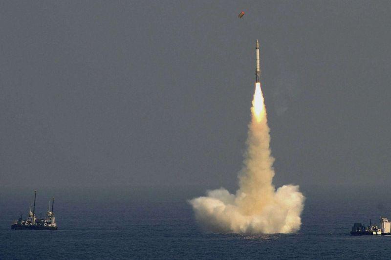 <strong>Balistique</strong>. Dimanche dernier dans le golfe du Bengale, l'armée indienne a testé avec succès un missile balistique sous-marin d'une portée d'environ 1500 km. Cet essai réussi achève le programme de développement des premiers missiles indiens capables de transporter une charge nucléaire lancés depuis une plateforme sous-marine. L'inde est le cinquième pays à se doter d'une arme de ce type avec les Etats Unis, la Russie, la France et la Chine.