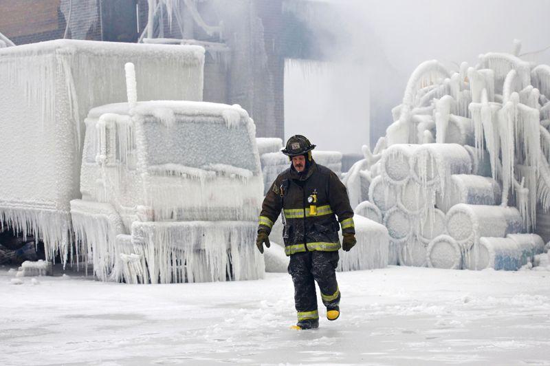 <strong>Sous le feu, la glace</strong>. Épuisé et grelottant de froid, le lieutenant Charley De Jesus, des pompiers de Chicago, traverse l'incroyable paysage gelé qui s'étend devant lui. Face à l'incendie d'un immense entrepôt, plus du tiers des effectifs des pompiers de la ville ont été mobilisés pour lutter contre les flammes qui ont ravagé l'édifice. Mais si le brasier a fini par s'éteindre, les soldats du feu ont été confrontés à un autre péril: la glace. Par une température de - 46 °C, toute l'eau déversée par leurs lances s'est figée, recouvrant le bâtiment ainsi que les véhicules et l'ensemble des alentours. Dans un paysage de fin du monde, les services d'urgence se sont retrouvés pris au piège d'une glace épaisse et souillée de produits retardants.