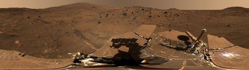 Panorama de la situation d'Opportunity en octobre2006, avec les panneaux solaires couverts de poussière au premier plan.
