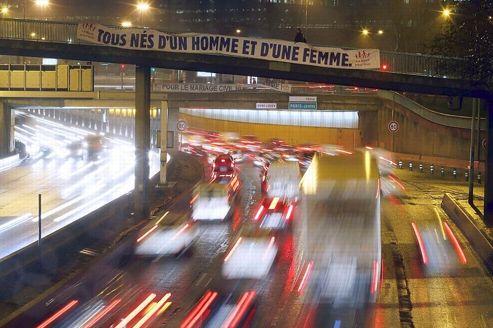 Mariage gay : les opposants affichent leurs convictions sur les ponts de Paris