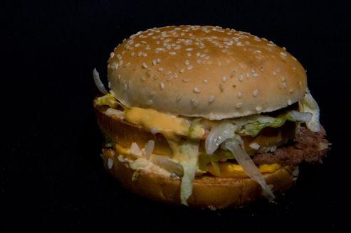 L'indicateur Big Mac compare le prix d'un hamburger dans différents pays.